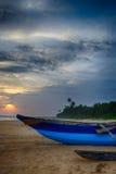 Bateaux de pêche sur le rivage de l'océan Images stock