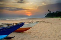 Bateaux de pêche sur le rivage de l'océan Photographie stock