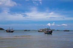 Bateaux de pêche sur une mer Photographie stock libre de droits