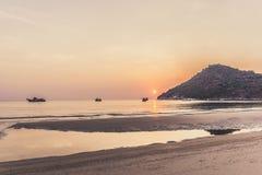 Bateaux de pêche thaïlandais au lever de soleil Photo stock