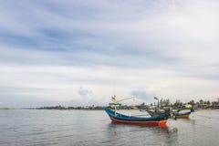 Bateaux de pêche thaïlandais avec le ciel bleu Images stock