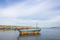 Bateaux de pêche thaïlandais avec le ciel bleu Photographie stock libre de droits