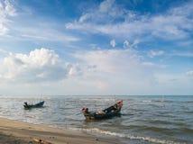 Bateaux de pêche thaïlandais avec le ciel bleu Photographie stock