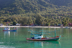 Bateaux de pêche thaïlandais en mer Île Koh Phangan, Thaïlande Photo stock