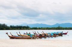 Bateaux de pêche thaïlandais de Longtail dans la province de Ranong, Thaïlande Image libre de droits