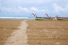 Bateaux de pêche traditionnels de jukung de balinese sur la plage de DUA de Nuca Images libres de droits