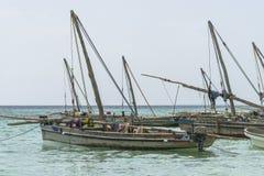 Bateaux de pêche traditionnels sur la plage Photo libre de droits