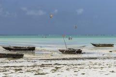Bateaux de pêche traditionnels sur la plage Image libre de droits