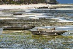 Bateaux de pêche traditionnels sur la plage Images stock