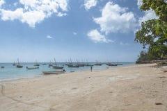 Bateaux de pêche traditionnels sur la plage Photo stock