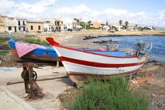 Bateaux de pêche typiques par la côte de Noto, Sicile, Italie Photos stock