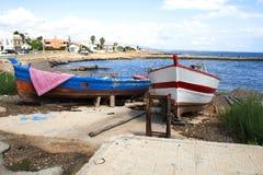 Bateaux de pêche typiques par la côte de Noto, Sicile, Italie Photographie stock