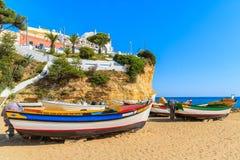 Bateaux de pêche typiques sur la plage Images libres de droits