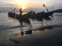 Bateaux de pêche vietnamiens au coucher du soleil Photo stock
