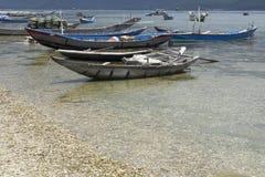 Bateaux de pêche vietnamiens typiques sur un lac près de Huê Image libre de droits