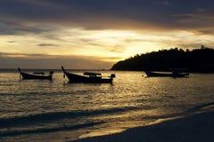 Bateaux de pêcheur au coucher du soleil Photographie stock libre de droits