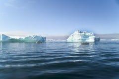 Bateaux de pêcheur entre les icebergs, Groenland images libres de droits
