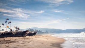 Bateaux de pêcheur sur la plage Images stock