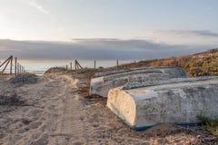 Bateaux de pêcheur sur le chemin de sable Image stock