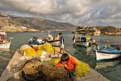 bateaux de pêcheurs sur le pilier de Lefkos, île de Karpathos Photo stock