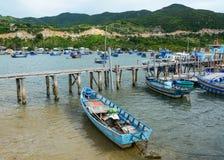 Bateaux de p?che sur la mer dans Nha Trang, Vietnam images libres de droits