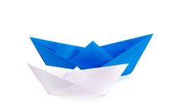 Bateaux de papier blanc et bleu Photos stock