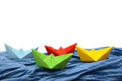 Bateaux de papier coloré sur un fond blanc, origami Photos stock
