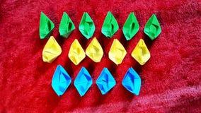 Bateaux de papier colorés Photo libre de droits