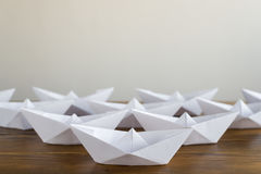 Bateaux de papier d'origami sur une table en bois Photo stock