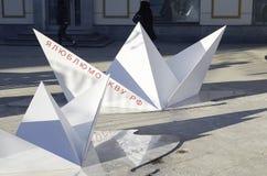 Bateaux de papier dans la rue Images stock