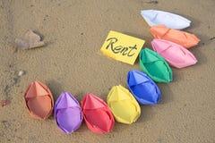 Bateaux de papier sur le sable Images stock