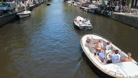 Bateaux de partie dans le canal d'Amsterdam banque de vidéos