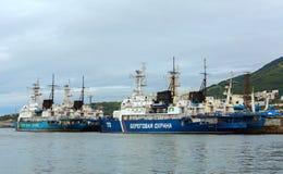 Bateaux de patrouille de frontière de la garde côtière dans la côte du Kamtchatka images libres de droits