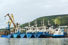 Bateaux de patrouille de frontière des grues de la garde côtière et de port près de la côte du Kamtchatka photos stock