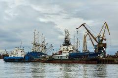 Bateaux de patrouille de frontière des grues de la garde côtière et de port près de la côte du Kamtchatka photographie stock