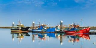 Bateaux de pêche amarrés au dock Photographie stock
