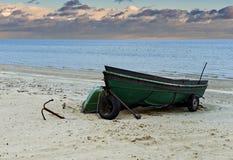 Bateaux de pêche ancrés sur la plage sablonneuse de la mer baltique Images stock