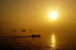 Bateaux de pêche, coucher du soleil Image stock