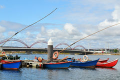 Bateaux de pêche sur la marina de fleuve de Mondego Photo stock