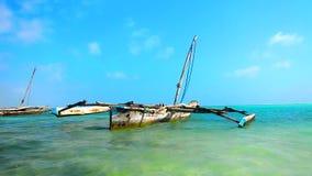 Bateaux de plage de la Tanzanie banque de vidéos