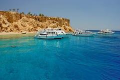 Bateaux de plongée près d'île de Tiran, au nord de Sharm el Sheikh, péninsule du Sinaï, la Mer Rouge, Egypte photos libres de droits