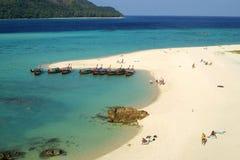 Bateaux de poissons et plage de sable Images libres de droits