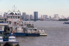 Bateaux de police et un ferry sur le fleuve Huangpu Image libre de droits