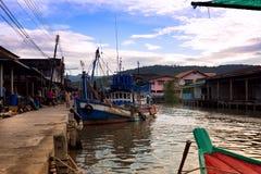 Bateaux de puissance attrapant le crabe Thaïlande photos libres de droits