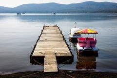 bateaux de récréation sur le lac Yamanaka dans le matin photographie stock libre de droits