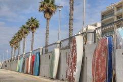 Bateaux de rangée contre le mur de port Photographie stock libre de droits