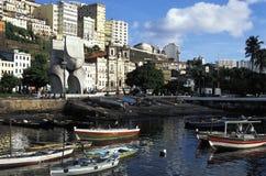 Bateaux de rangée dans le port, Salvador, Brésil image libre de droits