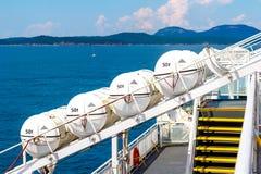 Bateaux de sécurité de la vie sur un ferry de mer photos libres de droits