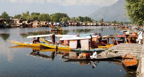 Bateaux de Shikara sur Dal Lake avec des bateaux-maison à Srinagar Photo stock