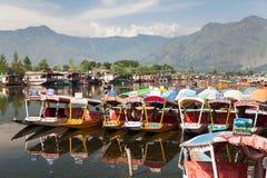 Bateaux de Shikara sur Dal Lake avec des bateaux-maison à Srinagar Images libres de droits